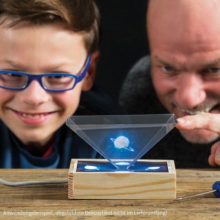 Mach eigene Bilder auf deinem Smartphone zu richtigen 3D Hologramm Projektionen – Holzbausatz samt USB Anschluss! Mehr dazu unter: https://www.matches21.de/hologramm-box-3d-projektor-smartphone-kinder-holz-werkset-bausatz/a-110778/