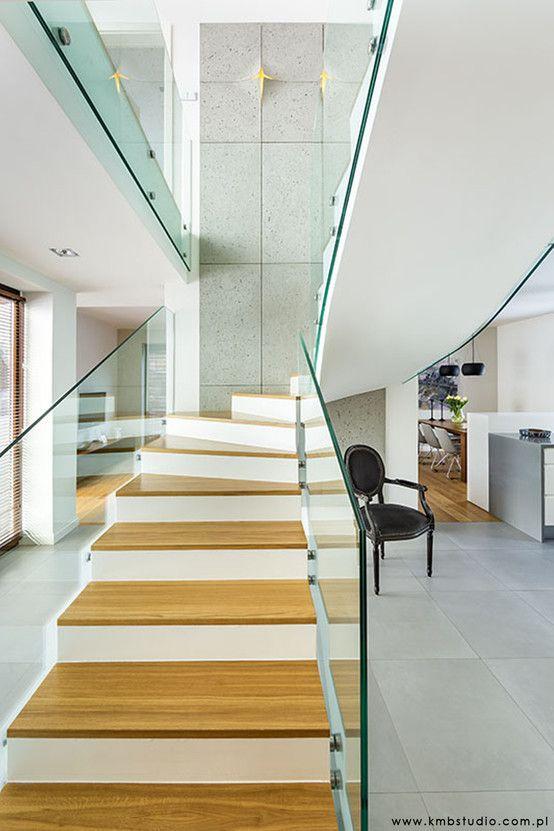 Schody, drewniane schody, szklana balustrada, nowoczesne wnętrz.e Zobacz więcej na: https://www.homify.pl/katalogi-inspiracji/23515/homify-360-przytulne-ale-i-nowoczesne-wnetrze-domu-w-kryspinowie