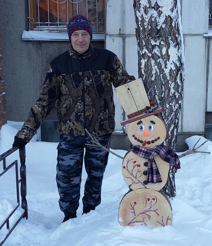 Снеговик из спилов сосны. Украшение двора. Новый год. Лицо и пуговицы - камни (галька). Wood.Сhristmas.