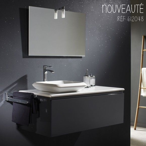 Avec son gris moderne et sa vasque carrée, ce meuble de salle de bain s'adaptera facilement à toutes les décoriation. #planetebain #salledebain #meublevasque