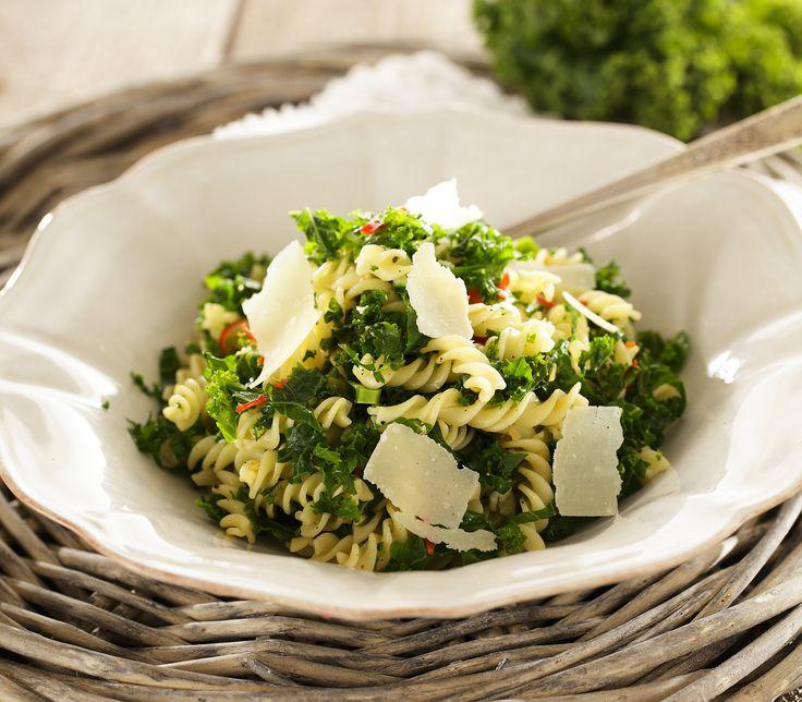 Peperoncino und Knoblauch würzen den milden und eher etwas süsslichen Federkohl wunderbar pikant.