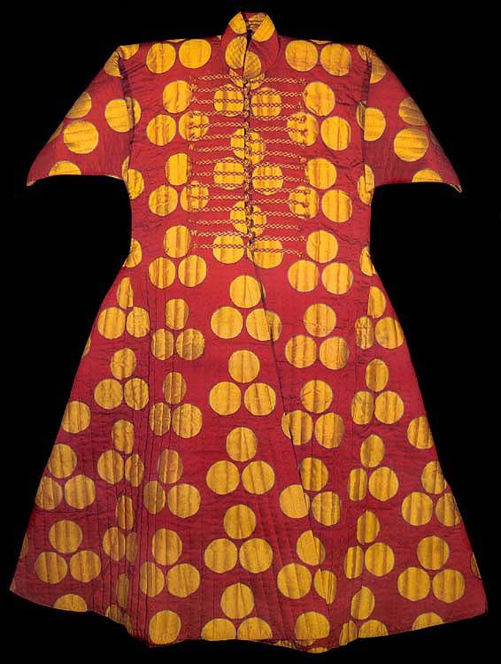 An adult man's quilted kaftan of red silk with a woven pattern of three yellow çintamani circles, each surrounded by a thin line of light blue.
