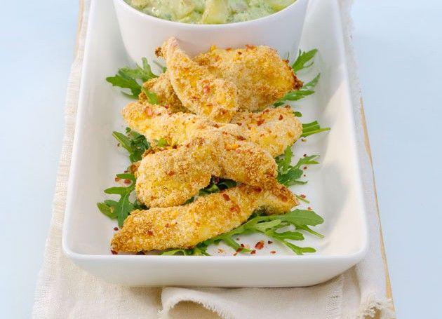 Panert kyllingfilet med grønn potetsalat på fat