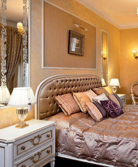 decoracin del dormitorio con muebles de diseo dorado y blanco y ropa de cama de seda