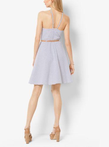 Realizzato in cotone stretch e impreziosito da una sottile cintura rimovibile, questo abito a righe dalla linea svasata è il modo più elegante e seducente di accogliere la bella stagione. Indossalo con zeppe e una borsa in pelle.