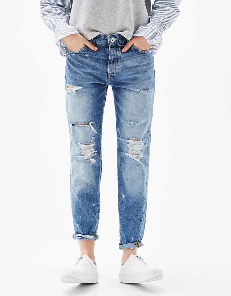 Jeans 'Slim Boyfriend' strappi. Scopri questo e molti altri capi su bershka.com con nuovi prodotti ogni settimana