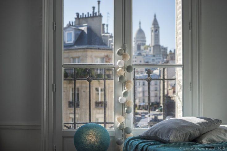 Une chambre à Montmarte.  Cette guirlande lumineuse LED est composée avec du blanc, ivoire et gris perle. Retrouvez toutes nos suggestions sur http://www.lacasedecousinpaul.com/fr/collections/premium