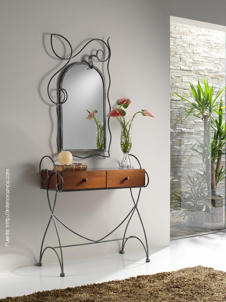 Para un estilo más romántico, consola y espejo en hierro.