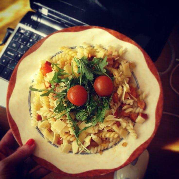 Oběd: těstoviny, cibule, rajčata, eidam, rukola.