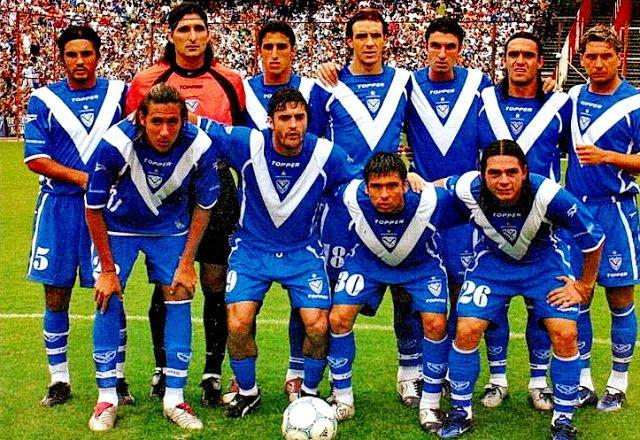 CLUB ATLÉTICO VÉLEZ SARSFIELD - Liniers, Buenos Aires, Argentina  - Temporada 2004-05 - Cubero, Sessa, Pellerano, Somoza, Maximiliano Pellegrino, Fuentes y Rolando Zárate; Jonás Gutiérrez, Valdemarín, Marcelo Bravo y Castromán - Equipo subcampeón del Apertura 2004, que por un increíble error de su arquero Sessa perdió al empatar 1-1 con Arsenal la posibilidad de acceder a un partido de desempate por el título ante el campeón Newell's