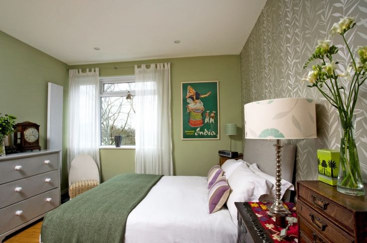 Ložnice je stejně eklektická jako zbytek bytu, jen barevnost je tu chladnější