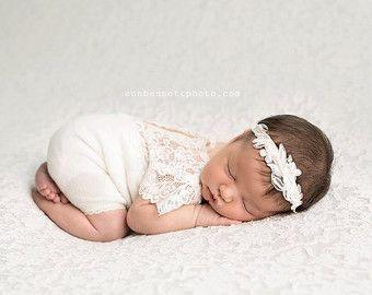 Pagliaccetto neonato Prop; Pagliaccetto neonato pizzo; AVORIO; Pagliaccetto manica corta; Foto neonato Prop; Fotografia Prop; A0002
