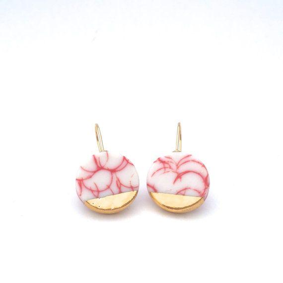 Gouden keramische oorbellen met keramische sieraden, porselein oorbellen, minimalistische oorbellen, moderne keramiek, cadeau voor haar, rode oorbellen, klei oorbellen