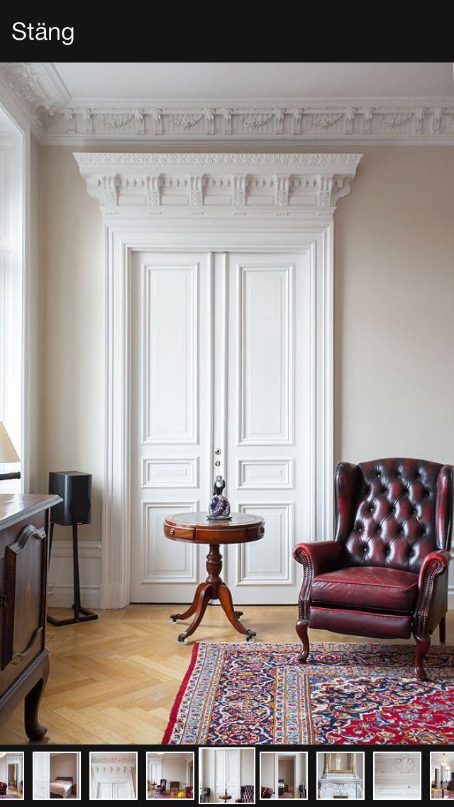 Vackra pardörrar med ett klassiskt ornamenterat dörröverstycke som passar perfekt med stuckaturen.