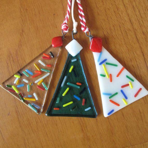 Set van 3 mager-stijl kerstbomen, honderden en duizenden ontwerpen. Deze bomen hebben een fijnere verschijning dan hun stevige tweelaags neven, die ook beschikbaar in mijn winkel zijn. Ook hun patronen zijn 3D, in plaats van tot zinken gebracht in het glas.  Alle bomen hebben een ingesloten koperen haak en Christmasy lint of tekenreeks lus.  Approx grootte: 7.5 cm X 5 cm (2 x 3 inch) max,  Ik heb ook drie andere mager boom ontwerpen in mijn etsy shop; blauwe bomen, gekleurde chips & garland…