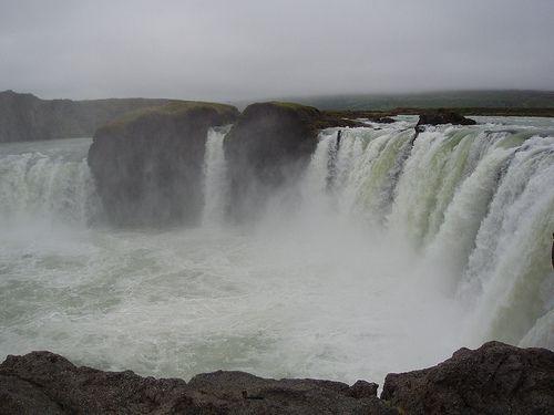 Meno znamená â € œwaterfall na gods.â € ?? Aj keď by sa mohlo zdať názov je odvodený z krásy a nezmerné tohto vodopádu, to vlastne siaha až okolo roku 1000. Podľa legendy, keď kresťanstvo bol vyhlásený oficiálne náboženstvo Islande, Porgeirr Ljosvetningagooi hodil sochy severských bohov do vodopádu ,