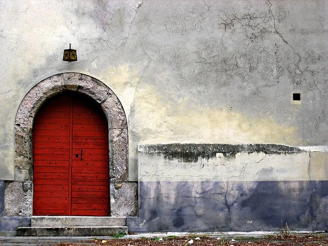 red door. great contrast.Port Rouge, Red Doors, Colors Combos, Urban Decay, Shades Of Red, Decay Photography, Arches Doors, Une Port, Doors Colors