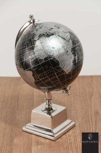 Tøff og stilig Mayfair globus med kropp i aluminium og sort globe. Et dekorativt interiørinnslag enn den perfekte gaven til den som har alt? Varen er en del av vår flotte Mayfair Collection.Mål:Høyde ca 35 cmBredde ca 22 cmMateriale:Nikkelbelagt aluminiumVarenummer:550234