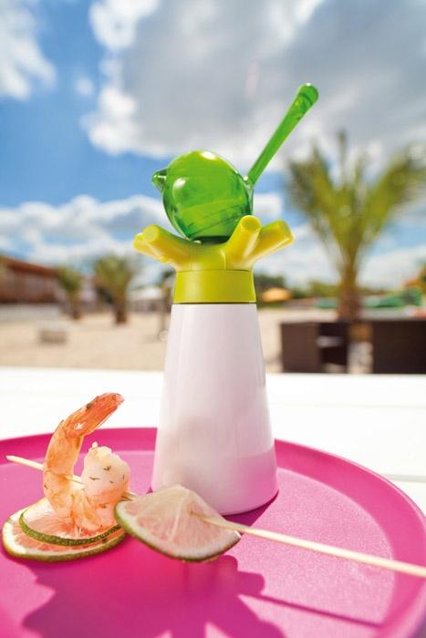 Praktyczny zestaw: młynek do pieprzu z solniczką z serii pi:p nimieckiej marki Koziol. Produkt został wykonany z tworzywa sztucznego. Młynek został wyposażony w ceramiczny mechanizm mielący.