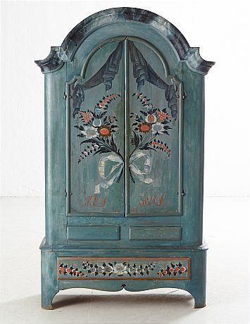 """SKÅP, 1800-tal, Jämtland, daterat 1810, bemålad dekor bl a blomster, krön med imitationsmåleri, invändig hyllinredning samt skedhylla, nedre del med 3 lådor, originallås med nyckel, dörrblad med bemålat monogram """"KES BPD"""""""