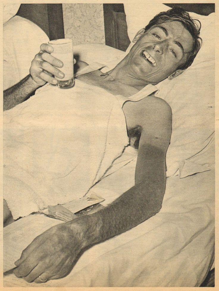 Tour de France 1952. 5^Tappa, 29 giugno. Roubaix > Namur. Fausto Coppi (1919-1960) si gusta soddisfatto un bicchiere di latte nel suo letto d'albergo. Accanto a lui alcune lettere e telegrammi e le istruzioni sul percorso della tappa dell'indomani. Oggi il Campionissimo ha mandato un primo avvertimento agli avversari, lanciandosi in prima persona all'inseguimento di Bim Diederich (1922-2012) e precedendo di un paio di minuti il gruppo [Le Miroir des Sports. L'Histoire du Tour '52]
