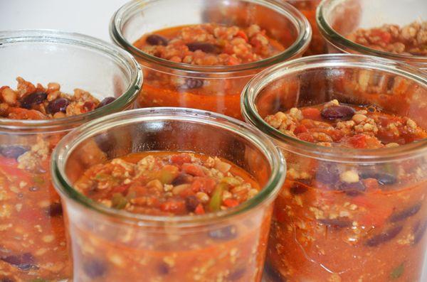Dit Chili con carne recept kunt u in een grote pan of slow-cooker maken en natuurlijk ook wecken. Als u het recept weckt heeft u 6 weckpotten van 1/2 liter nodig. De chili con carne kruiden heb ik zelf gemaakt. Wil je dat ook doen? Volg dan deze >>> link.