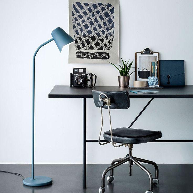 Northern Lighting Me Gulvlampe - Me er en lampe designet bare for deg. Den er laget med tanker om rolige stunder av velvære og kaster lys over det daglige behovet for å finne et pusterom i en hektisk verden. Formen er ukomplisert og slank, noe som gjør det enkelt å inkorporere lampen i et bredt spekter av stiler og steder. Me er tilgjengelig i petroleumsblå, hvit og grå, og har en kropp i pulverlakkert metall som går over i en arm av silikon som gjør at lampen kan justeres.