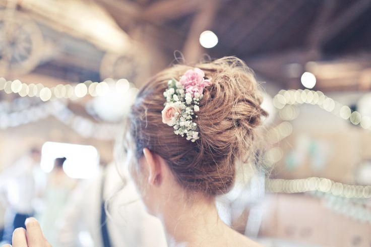 Blumen in der Hochsteckfrisur der Braut am Tag der Hochzeit.  Foto: Viktor Schwenk Photographie