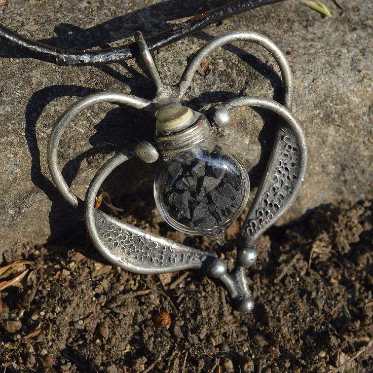 Srdíčkový+-+šungit+Drobná+skleněná+lahvička+plněná+částečkami+šungitu+byla+použita+do+tohoto+šperku.+Velikost+šperku+3,5+cm+x+4cm.+Zavěšen+je+na+koženém+řemínku+o+délce+45+cm++5+cm+prodloužení+ZPŮSOB+ZPRACOVÁNÍ:Šperk+jeručně+pocínován+bezolovnatou+cínovou+pájkou+s+příměsí+stříbra.+Pro+výrobu+byla+použita+technika+měkkého+pájení,...