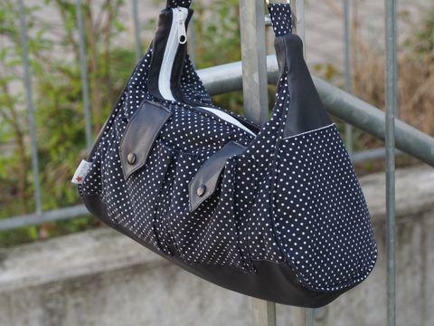 Magst Du gerne eine schicke Tasche zum Ausgehen? Die LadyBag kann ganz edel oder auch sportlich genäht werden. Mit dem raffinierten Schnitt zauberst Du Dir eine handliche Schultertasche, die mehr Platz im Inneren bietet, als man zunächst annimmt.  Die Tasche hat einen praktischen großen Eingriff, da der Reißverschluss über die komplette Taschenlänge verläuft. Die zwei kleinen aufgesetzten Außentaschen vorne und an den Seitenteilen sehen nicht nur schick aus, sondern bieten Platz für Smart...