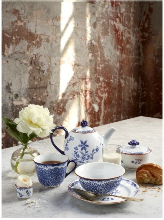 ✕ Each and every day should include, even if only for 20 minutes, a little moment for tea time… / #tea #share #flowers  Absolutely.: Teas Time, White Rose, Teas Cups, Breakfast, Color Combinations, Ana Rosa, Teas Sets, Teas Parties, Blue And White
