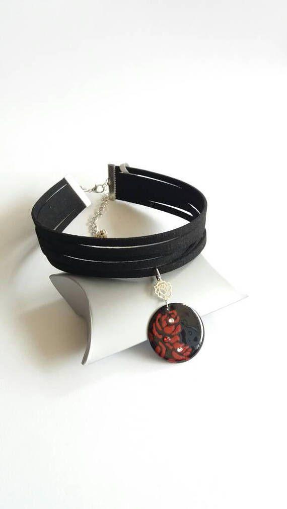 Retrouvez cet article dans ma boutique Etsy https://www.etsy.com/fr/listing/542593899/collier-ras-de-cou-noir-et-rouge-collier