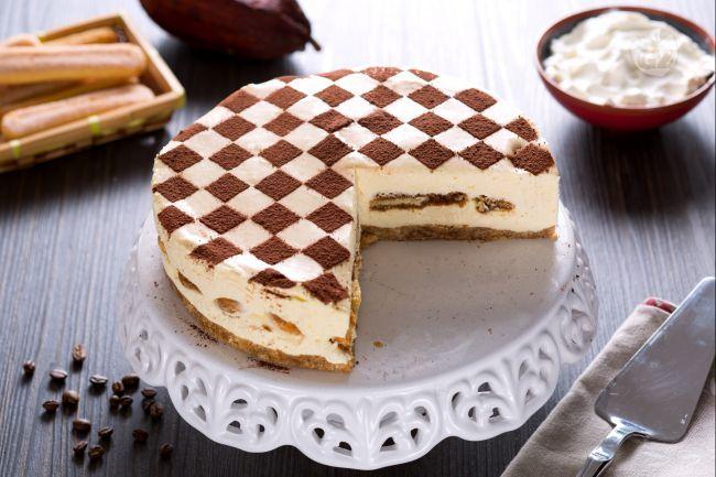 La cheesecake tiramisù unisce due grandi classici dessert, il tiramisù e la cheesecake in un dolce fresco e cremoso, dal buon aroma di caffè!