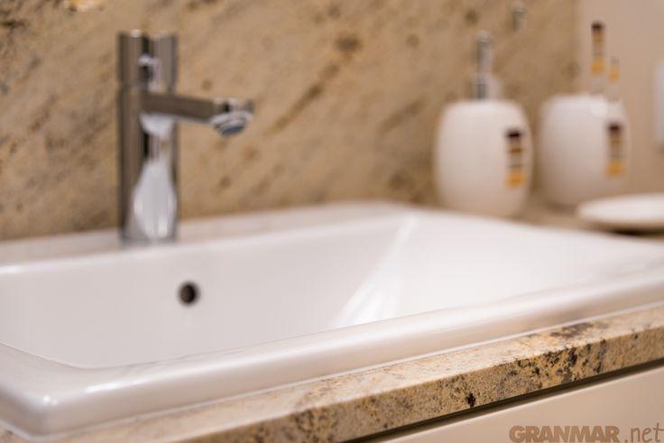 plus małe zbliżenie na krawędź blatu z granitu Ivory Cream #łazienka