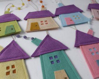 Conjunto de ocho casas de adornos. Fieltro decoración de la casa para todas las estaciones. Diferentes y divertidos adornos para tu habitación o tus hijos. Muy colorido. Decoración para colgar de la pared. Decoración de la habitación para los niños. Alquiler de vacaciones demasiado regalo para cada uno. Casa de medidas aproximada: 3,5- 5 (9 cm - 15 cm) Colgante mide aproximada.:: 7 - 9 (18 cm - 22 cm). También los adornos navideños. Si usted quisiera más de uno, en la última imagen puede…