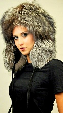 Cappello in pelliccia con paraorecchie, in volpe argentata naturale.  www.amifur.it