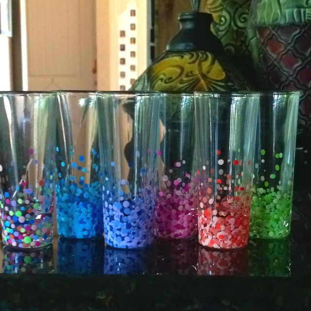 Hand painted glasses. Use acrylic paint and the back end of a paint brush for the dots then put in a cold oven preheat to 350 then let sit for 30 min. Turn off oven and let cool with the glasses still in: Hands Paintings, Gifts Ideas, Cold Ovens, Shots Glasses, Paintings Glasses, 30 Minute, Acrylics Paintings, Wine Glasses, Paintings Brushes