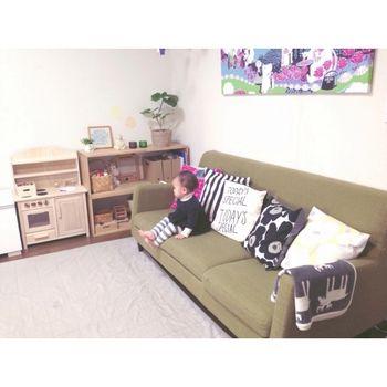 マリメッコのクッションカバーやムーミンのパネルがかけられたガーリーなお部屋。 ピンクと黒と緑で統一感を出しています。 こんなお部屋のおうちに生まれたなんて、うらやましい♡