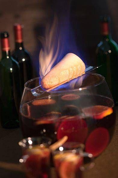 Orange und Zitrone waschen,dünn schälen,Früchte halbieren und auspressen. Rotwein mit Gewürzen, Saft und Schalen der Zitrusfrüchte langsam erhitzen. In ein feuerfestes Gefäß abseihen und eventuell auf eine Warmhalteplatte stellen. Die Feuerzange auf den Topf legen, dabei beachten, dass sie einen festen Sitz hat. Den Wiener Zuckerhut darauf legen, löffelweise mit Rum beträufeln und anzünden. Der Zucker karamellisiert und tropft langsam indie heiße Bowleund verleiht ihr den einzigartigen…