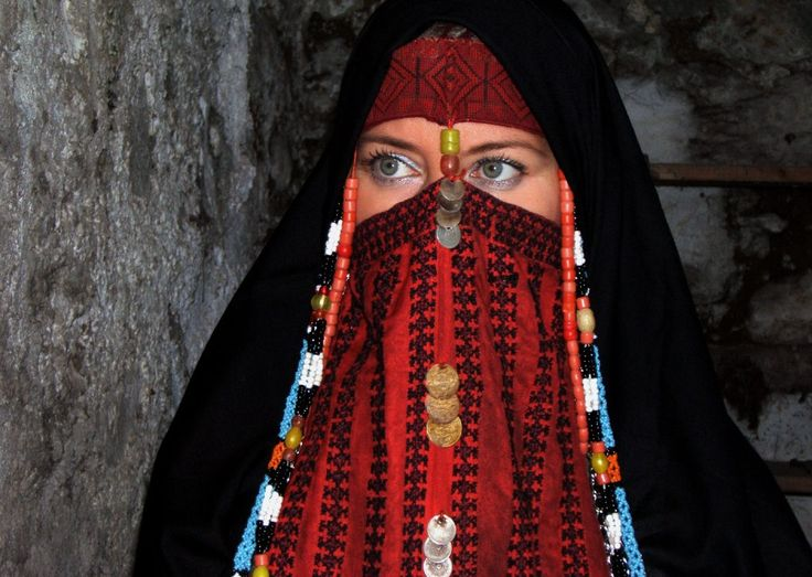"""SINAI, il """"burgha"""" di colore rosso indica che la donna è sposata; catenelle d'argento, di perline di vetro e di coralli e monete incorniciano questo straordinario capo di abbigliamento di influenza palestinese o yemenita."""