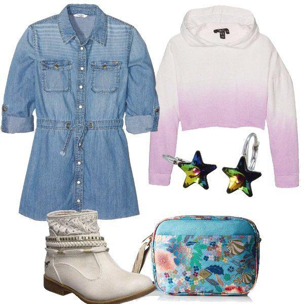 Vestito di jeans, maglia corta con cappuccio, stivaletto bianco, borsa a tracolla e orecchini a forma di stella. Un look perfetto per una festa o per un pomeriggio con le amiche.