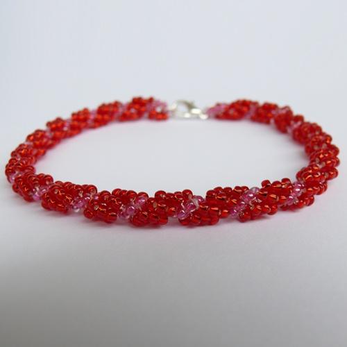Náramek - červená spirálka  Náramek je vyroben z kvalitní jablonecké bižuterie a z bižuterních komponentů. Ve výrobku je použit rokajl se zapínáním postříbřené karabinky. Délka náramku je cca 20 cm. http://btlr.me/13KejLe