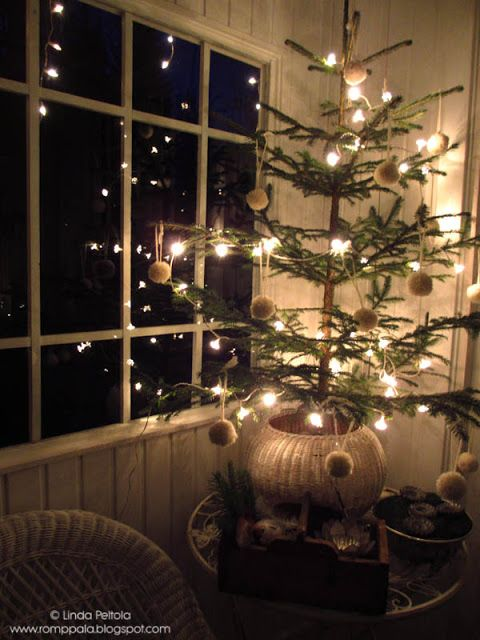 Christmas tree on the veranda decorated with white woolen bobbles Romppala - kotoilua ja puutarhanhoitoa