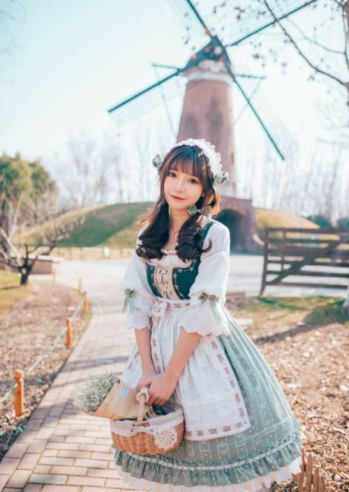 Lolita Fashion / Cute Dress / Headband / Kawaii Japanese Fashion Photography / Harajuku / Kiyohari / Cosplay // ♥ More at: https://www.pinterest.com/lDarkWonderland/