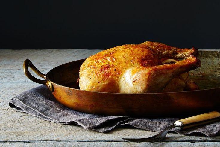 Há um número mágico para fazer um delicioso e estaladiço frango assado no forno. Na verdade, são dois números mágicos, o que transforma este frango praticamente num Harry Potter: 500 gramas = 10 minutos. Se souber isto, tem mais de metade da sua receita pr...