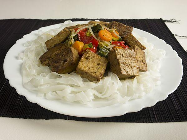 Thaise rijstnoedels met prei, wortel, taugé, paprika en gemarineerde tofu
