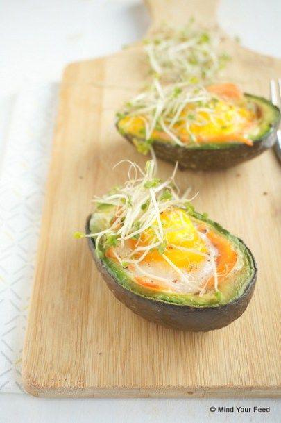 Gevulde avocado met ei en zalm uit de oven - Mind Your Feed