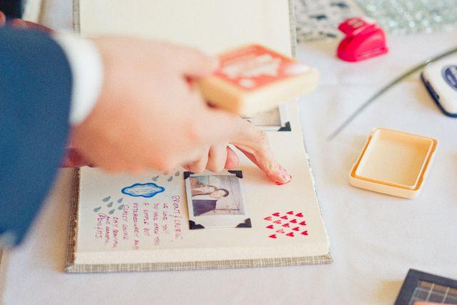 un livre d'or tradi revisité avec des feutres, des paillettes, des gommettes, des polaroid et des tampons
