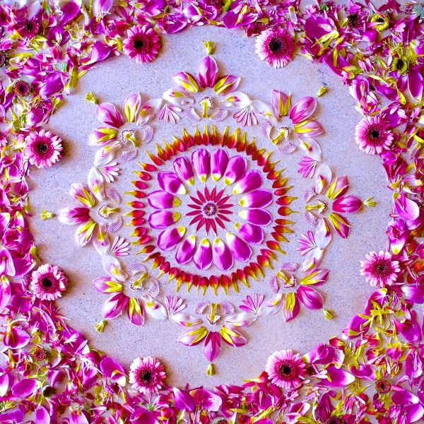 Mandalas made with fresh flowers. ... so nice , amazing and wonderful. Visit the site : there are so many others amazing models.. Wonderful inspiration