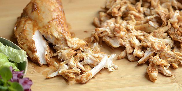 Vildt lækker pulled chicken lavet i sous vide, så det er ultra saftigt og mørt. Hvad enten kødet serveres i en burger, en salat eller en wrap, vil smagsløgene med garanti juble af begejstring.